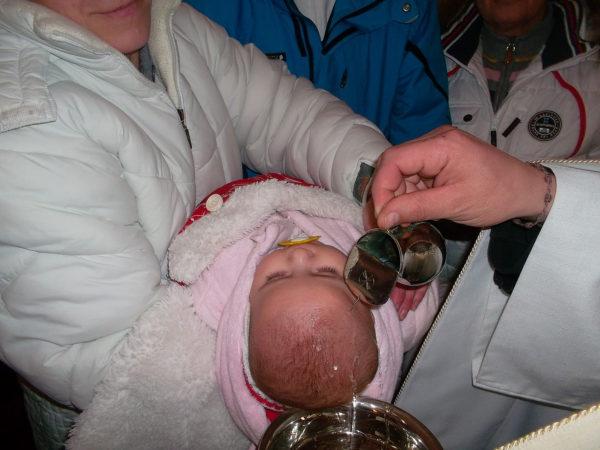 Deti prijímajú krst a 1. sv. prijímanie