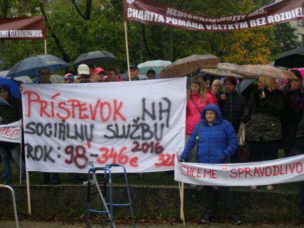 Protest pred úradom vlády